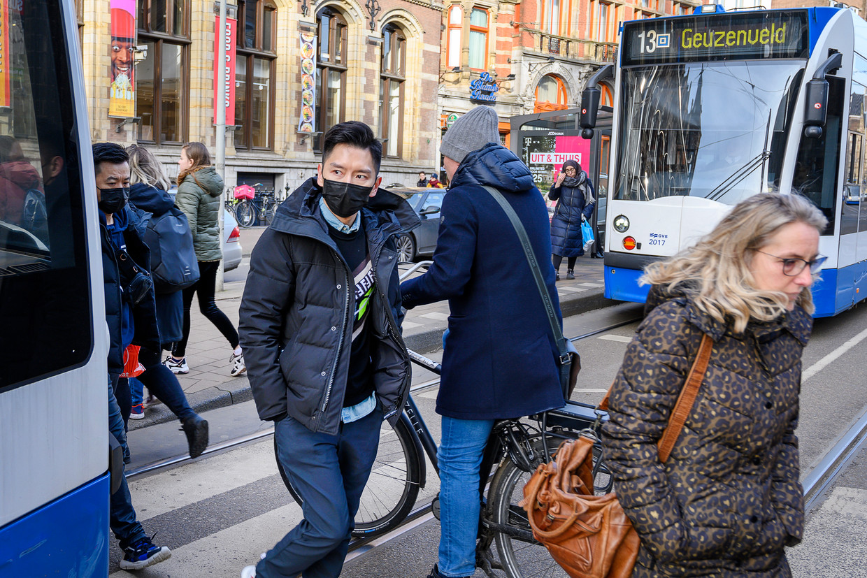 Mensen met een Aziatisch voorkomen worden, ook in Amsterdam, meer gediscrimineerd sinds de uitbraak  van het coronavirus. Beeld Evert Elzinga