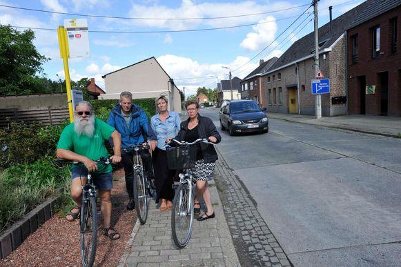 Buurtbewoners Hugo, Ronan, Ilse en Marleen langs de Londerzeelseweg.