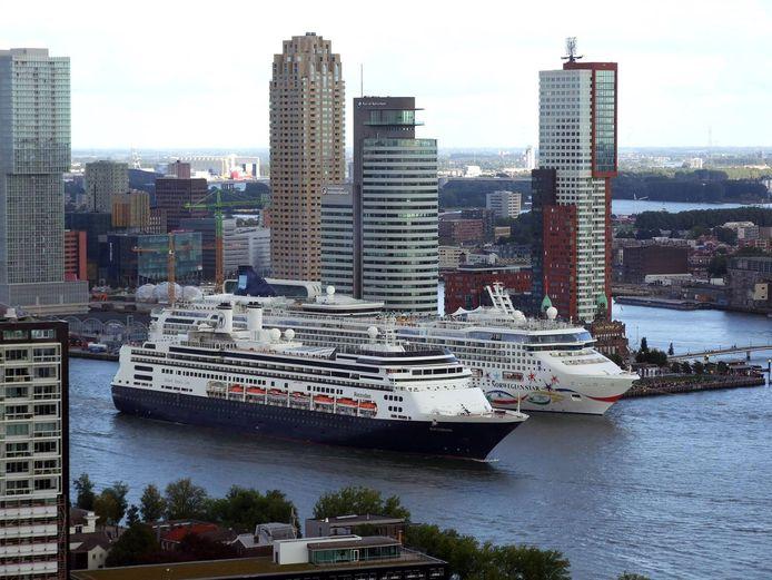 De Norwegian Star (rechts) naast de ms Rotterdam. Archieffoto.