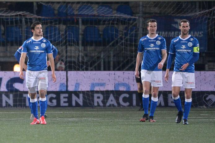 Danny Verbeek (rechts) treurt na de nederlaag tegen Almere City.