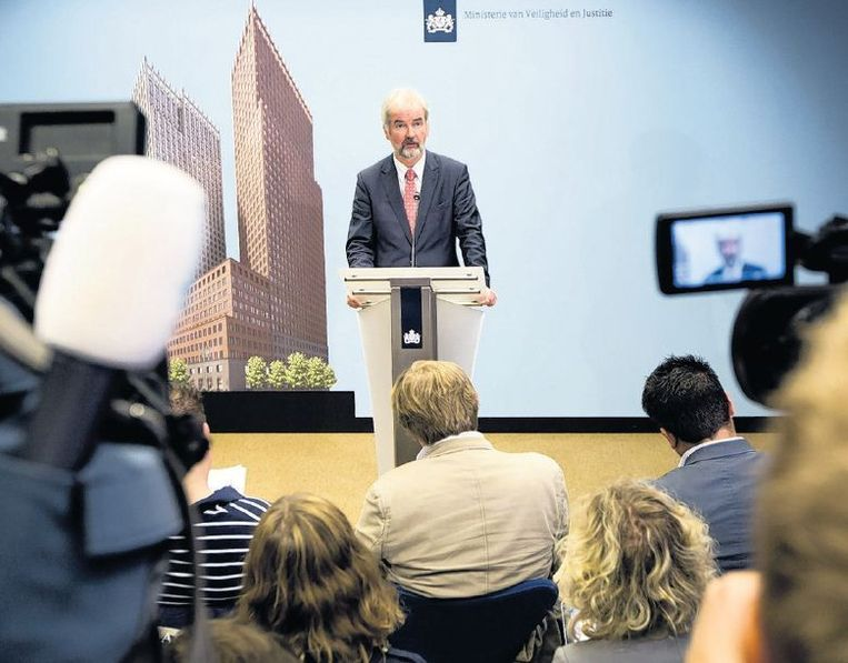 Wim Heijnen praat de pers bij over het verloop van het identificatie-onderzoek. Beeld Novum