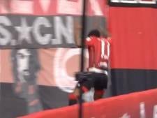 Braziliaanse spits springt na goal in metersdiepe gracht
