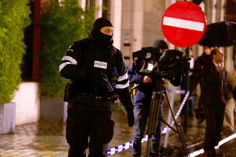 Politie tijdens een inval gisteravond in het centrum van Brussel. Beeld belga