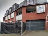 Bij woning Joey D. in Rosmalen staan zwarte schermen en cameraploegen