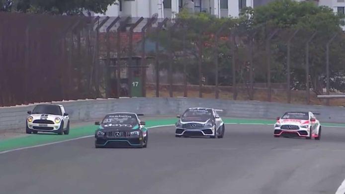 De Mini was geen partij voor de race-Mercedessen.