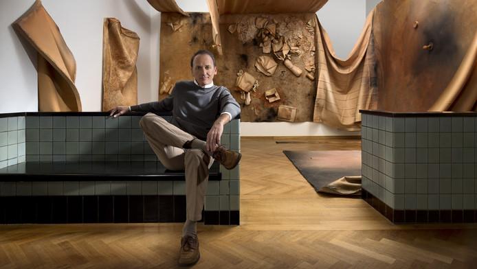De Rotterdamse kunstverzamelaar Bert Kreuk voor een van de kunstwerken uit zijn verzameling.