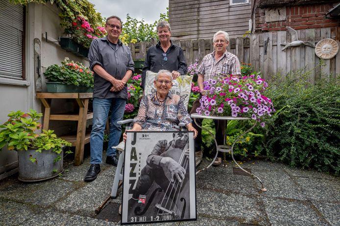 Deze affiche vormt een belangrijke leidraad voor het ophalen van herinneringen aan Piet Hest. Vlnr Hans Hest, Mijntje Hest (zittend), Henk Loman en Cees Simons.