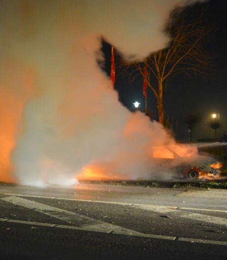 Bestelbus gaat in vlammen op tijdens nieuwjaarsnacht in Daarle