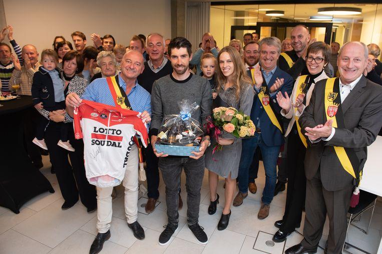 Thomas De Gendt is blij met zijn biermand. Burgemeester Denis Dierick is dan weer in de wolken met het wielertruitje van de renner.