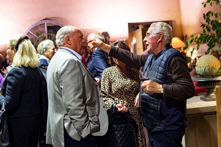 Roger Souvereyns ontvangt en entertaint de gasten tijdens z'n verjaardagsfeestje.