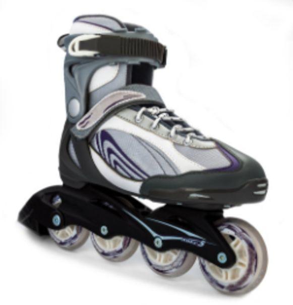 Een doorsnee inlineskate: vier kleinere wielen, een hogere schoen en al dan niet een remblok.