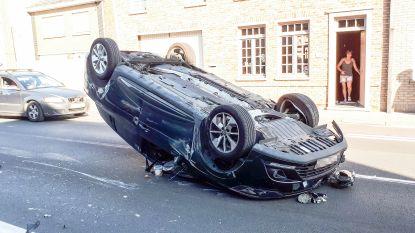 En dan lig je plots op je dak: bestuurster lichtgewond bij bizar ongeval in Nederename