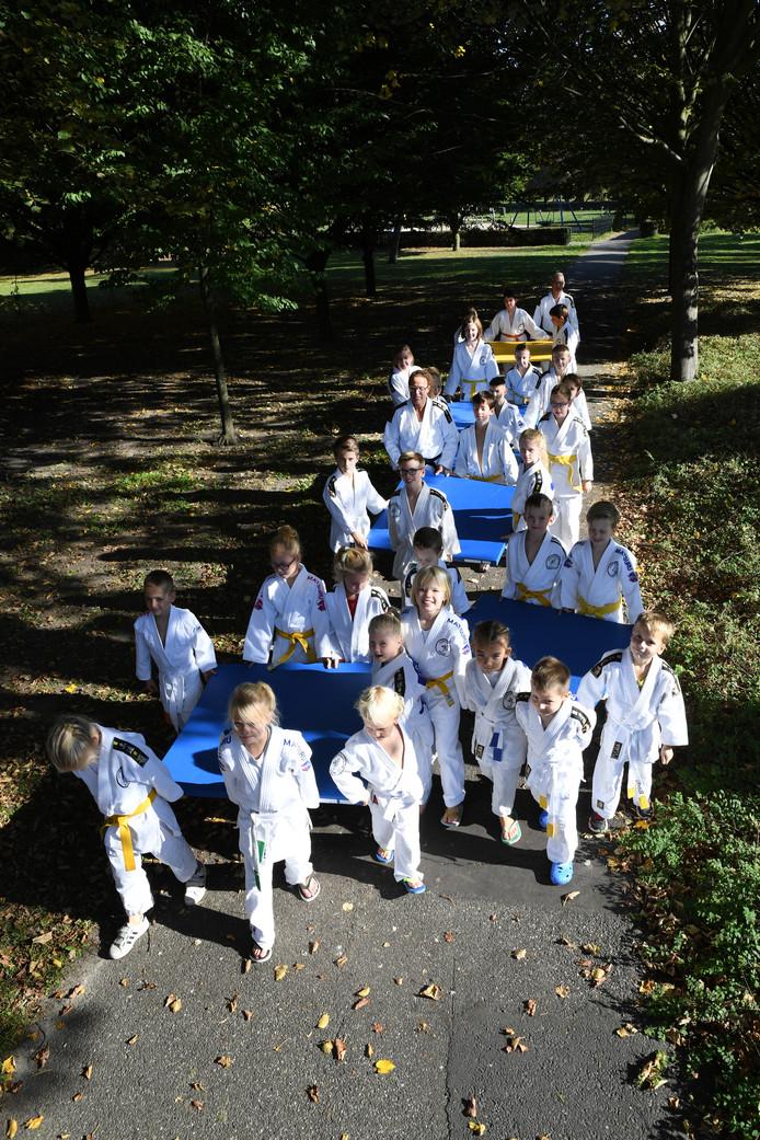 Judoka's van Nintai sjouwen matten naar hun nieuwe onderkomen.  De club is verhuisd naar de oude mavo in Raamsdonksveer.