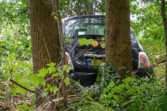 Een vrouw in Ulvenhout botste tegen twee bomen.