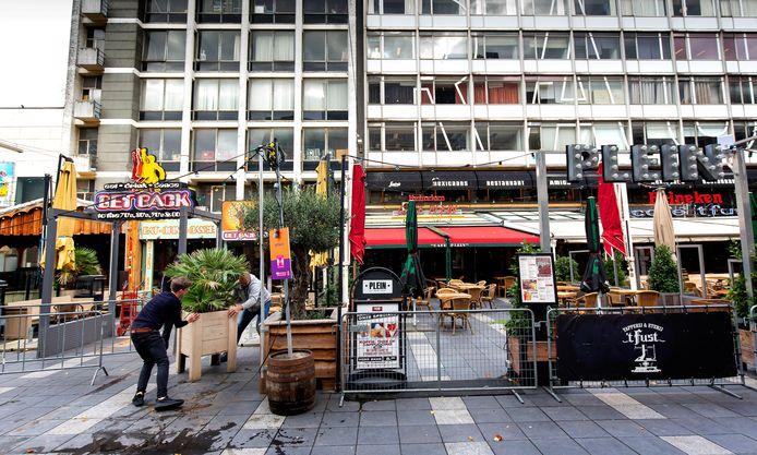 De horecazaken, zoals hier op het Stadhuisplein, lopen veel inkomsten mis, vanwege de gedwongen sluiting.