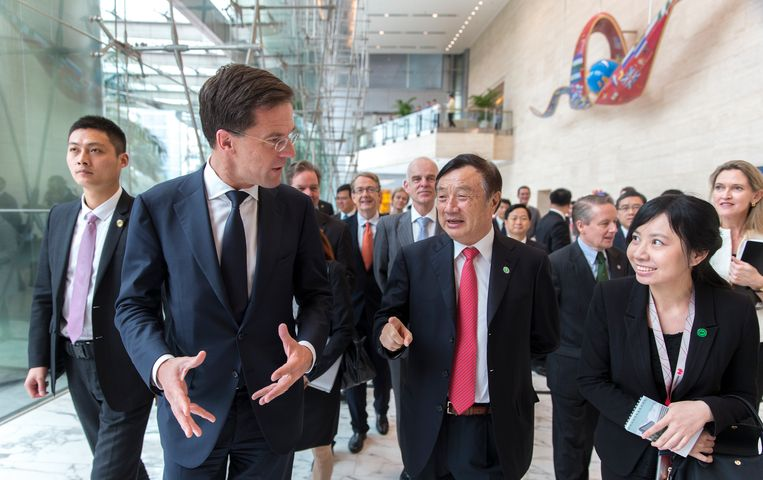 Premier Mark Rutte tijdens een bezoek aan het Chinese bedrijf Huawei, tijdens de handelsmissie in China. Beeld ANP