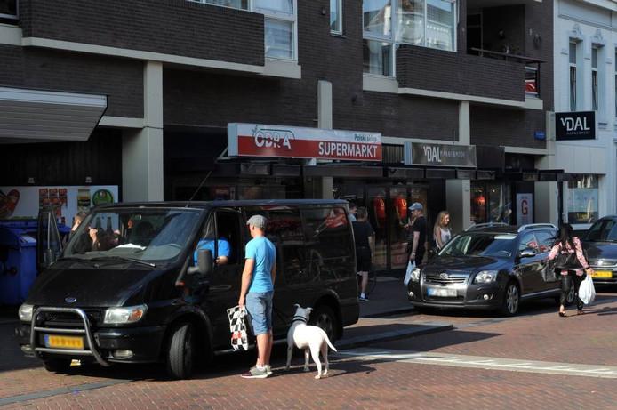 Drukte bij Poolse winkel aan de Molenstraat in Roosendaal. Omwoners ervaren overlast van de bezoekers van de Poolse supermarkten.