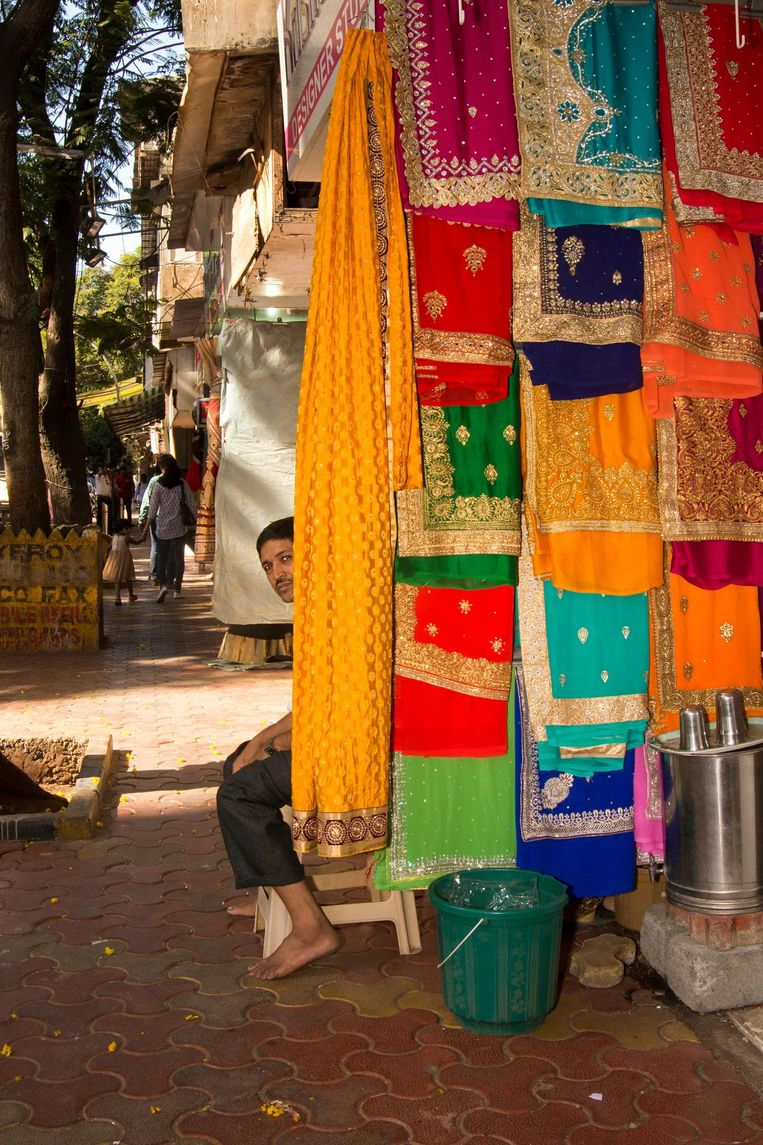 Sariverkoper in het bedrijvige Dadar, het Jordaan van Mumbai. Beeld Lisa Klaverstijn