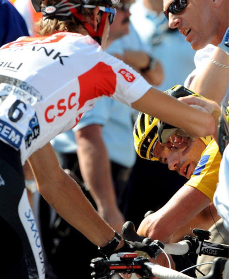 Andy Schleck troost Stefan Schumacher vlak na zijn val. De grootste kanshebber in de Tour is nog niet komen bovendrijven. Foto EPA/Christophe Karaba Beeld