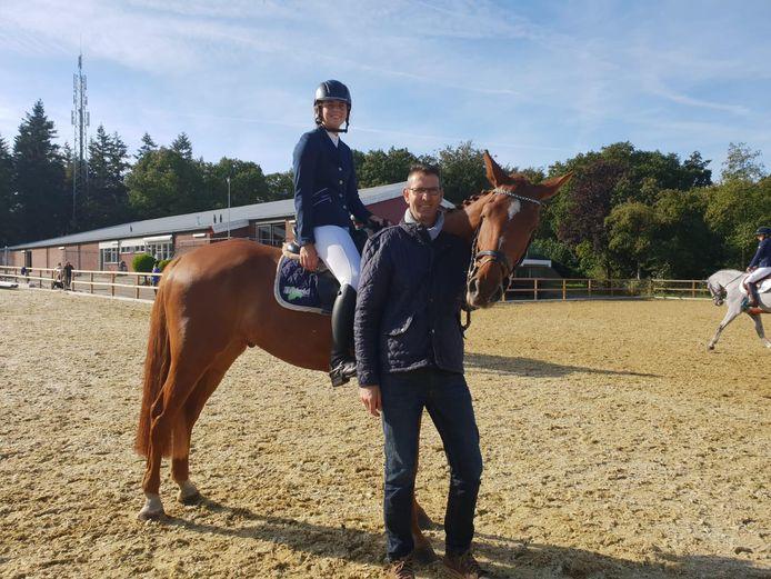 Herman Manenschijn met dochter Anne op paard Escobar.