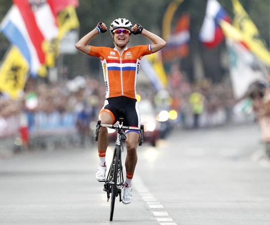 In 2013 staat Marianne Vos alleen op de foto als ze haar derde wereldtitel op de weg pakt. In Florence (Italië) kunnen alleen de Zweedse Emma Johannson en Italiaanse Rosella Ratto Vos enigszins volgen (+15 seconden). Anna van der Breggen wordt vierde op een halve minuut, terwijl de rest van het peloton daar ruim achter finisht.