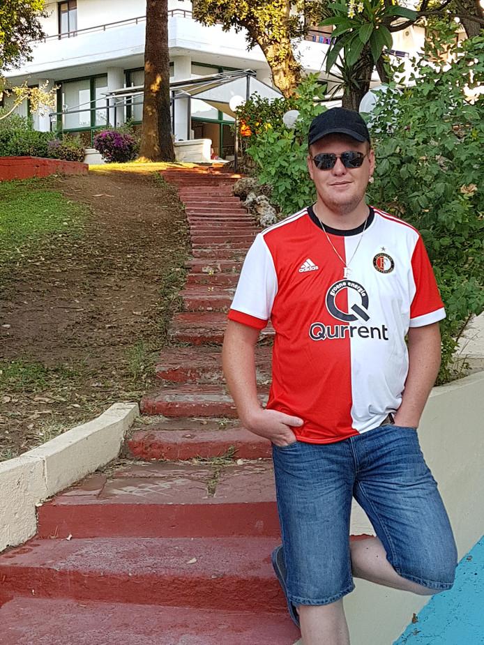 Martin Benjert (33, uit Vlaardingen) sjouwt zijn Feyenoordvlag en zijn shirt overal mee naar toe. Zeker op vakantie naar Rhodos.