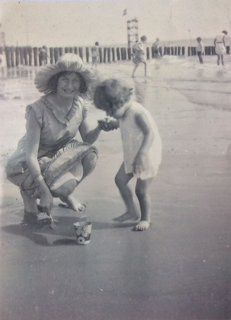 Jacoba Haas met haar moeder op het strand Beeld Jacoba Haas