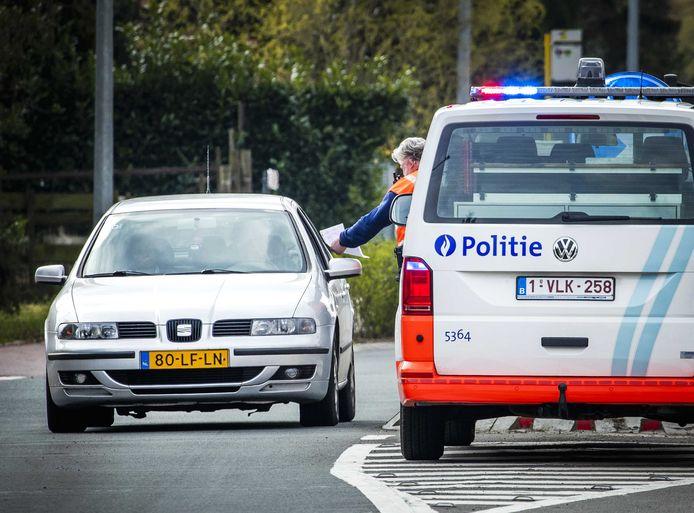 De Belgische politie controleert Nederlandse automobilisten bij de grensovergang van Baarle-Nassau. Even naar België om goedkoop te tanken is er nu niet bij.