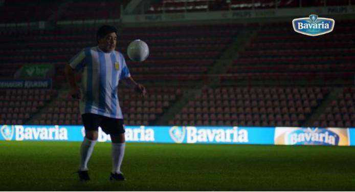 Diego Maradona met de bal aan de voet in het Philips Stadion.
