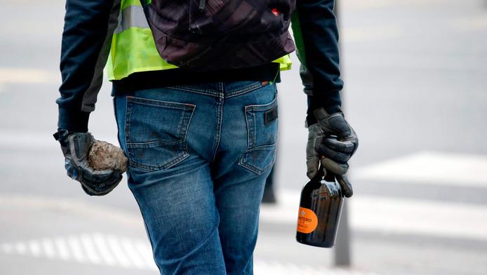 Manifestant armé d'une pierre et d'une bouteille, samedi, à Lyon