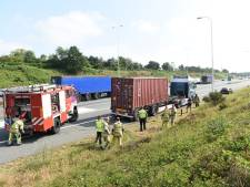 Vrachtwagenwiel in brand op A28, afrit Soesterberg dicht