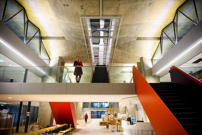 De centrale rode trap loopt dwars door het hoofdgebouw Atlas van de TU Eindhoven. Hier met Veronique Marks, hoofd vastgoed van de TU/e bij haar afscheid.