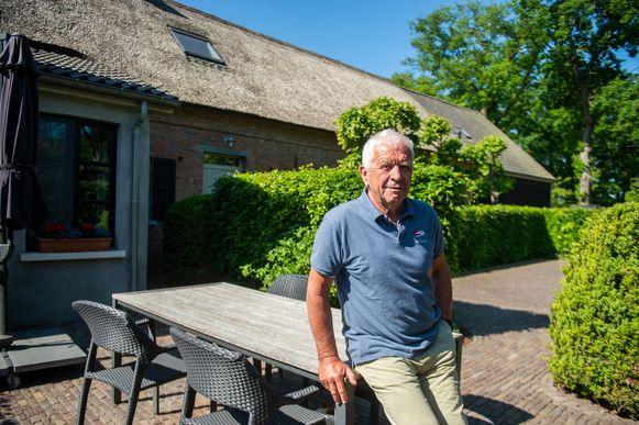 Marc Herrijgers aan een van de vakantiewoningen.