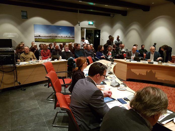 De publieke tribune in de krappe raadszaal in Hattem is volgestroomd voor de raadsvergadering. Tientallen toehoorders zijn gekomen voor de discussie over de locatiekeuze voor nieuwbouw van de basisscholen De Zaaier en de Van Heemstraschool. Velen moesten noodgedwongen in de hal van het gemeentehuis de beraadslagingen volgen.