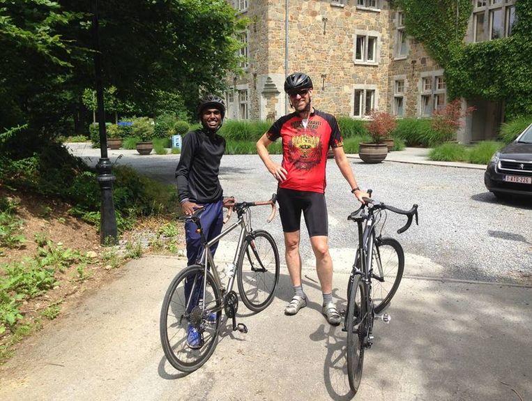 Hans Bourlon en Abdufatah gingen deze zomer enkele keren mountainbiken, al snapte de jongeman daar in het begin totaal het nut niet van.