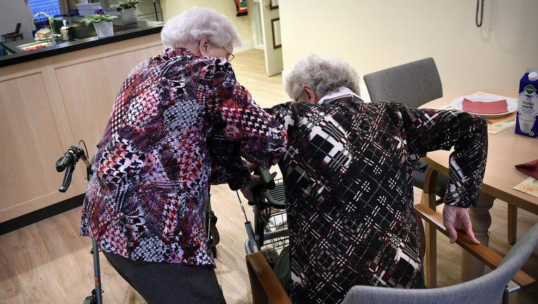 Ouderen helpen elkaar met opstaan. Beeld Marcel van den Bergh/de Volkskrant