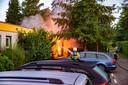 De brandweer blust het vuur van een schuurbrand in Zutphen.