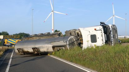 Tankwagen met mest kantelt