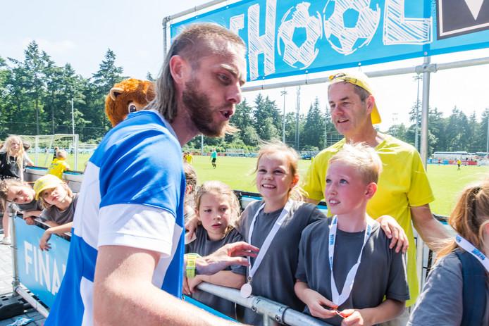 Rutjes neemt uitgebreid de tijd voor zijn jonge fans.