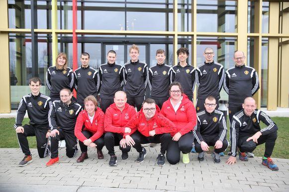 De voetbaldelegatie voor de Special Olympics in Abu Dhabi staat hier op foto samen met de badmintondelegatie.
