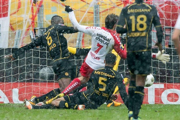Abel Tamata (L) van Roda JC haalt Edouard Duplan (2eL) van FC Utrecht neer en krijgt de rode kaart. Beeld anp