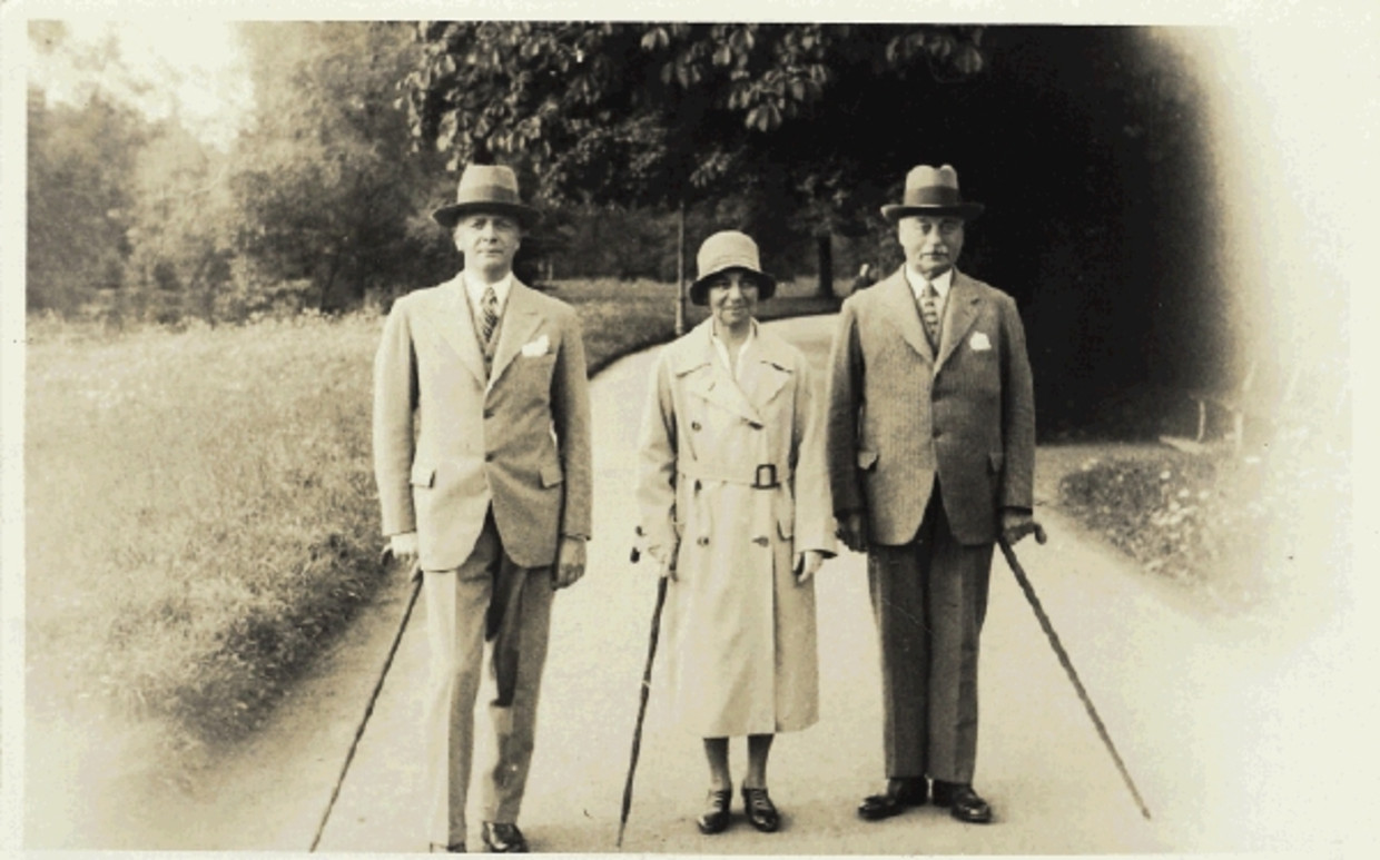 S. van Deventer, Helene Kröller-Müller and Anton Kröller in a park