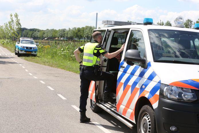 Politie bij de Roosendaalse Vliet, waar de vaten werden gevonden.