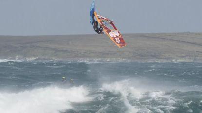 Spectaculair: wedstrijd windsurfen bij windstoten tot wel 130 km/uur