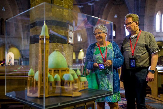 Eugenie en Stephan van Rinsum uit Drunen zijn bezig met de audiotour in de Waalwijkse kerk.