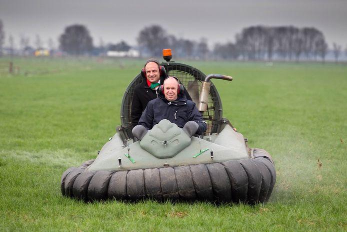 Theo Rietkerk (links) en Bert Boerman. De bestuurders worden gezien als de drijvende krachten achter de plannen voor de bypass. In april 2010 nemen ze een kijkje bij het bodemonderzoek in het gebied. Dat gebeurt met een speciale hoovercraft.