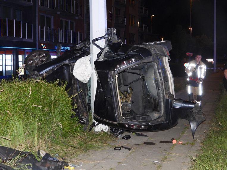 Het ongeval gebeurde langs de Kustlaan in Zeebrugge. Van de wagen bleef amper iets over.