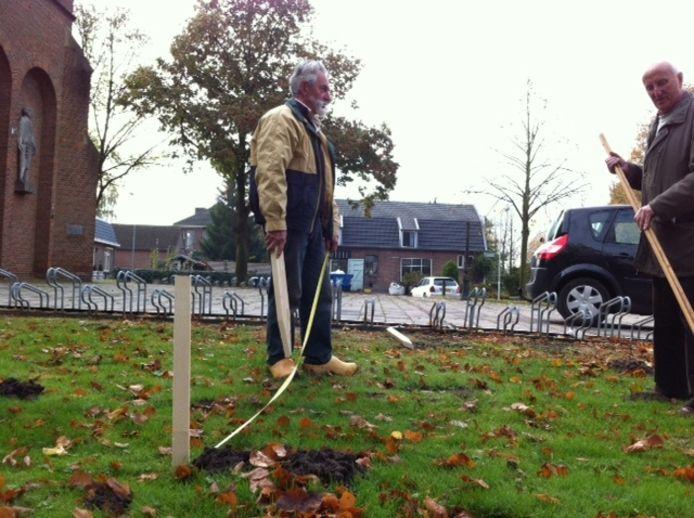 Henk Groenen en Henk Bos zetten de maten uit voor het monument in Ewijk. Foto: Hai Voeten/De Gelderlander