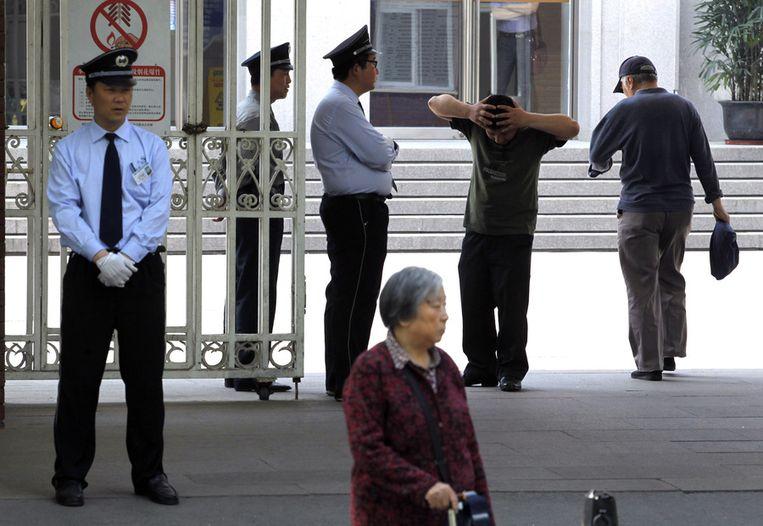 Politie voor het ziekenhuis waar Chen verblijft Beeld ap