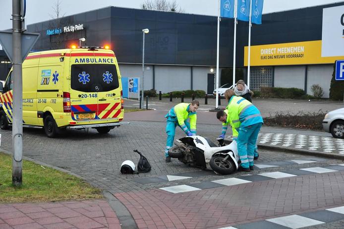 De vrouw viel na de aanrijding op de grond.